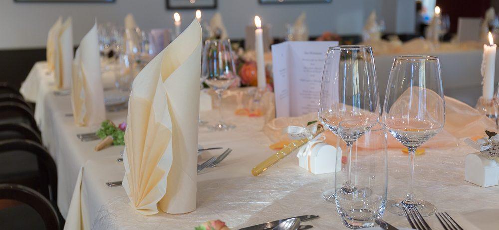 wunderschöne Hochzeitstafel in champagnerfarben